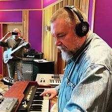 Jocke Åslund recordin his Hammond organ in the studio